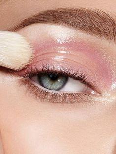 A maquiagem de olhos glossy é a tendência para o próximo Verão! Já conferiu como fazer?   #maquiagem #glossy #olhosglossy #glossnosolhos #maquiagemdeolhos #gloss