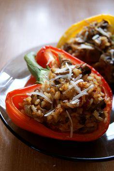 Papryki faszerowane: brązowy ryż, pieczarki, cebulka, mięso mielonek, papryka, ser żółty. Piec 45 min w 180 stopniach