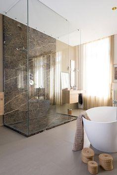 Eυρύχωρο ντουζ στη μέση του μπάνιου φτιαγμένο από μοναδικό μάρμαρο MARRON EMPERADOR.Spacious shower in this bathroom made from unique MARRON EMPERADOR Marble.