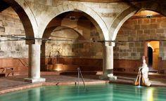 Rudas Hamamı (Rudas Fürdő) Gellért Tepesi ile Tuna Nehri arasında kalan, Osmanlıların 1550 yıllarında inşa ettiği Rudas Hamamı, Sokullu Mehmet Paşa tarafından 1566 yılında yeniden yapıldı. Sekizgen merkez havuzunu kapatan 10 metre çaplı kubbesini, sekiz tane sütun destekliyor. Macarlar Rudas Hamamı'nı en güzel Türk hamamı olarak kabul ediyor. Salı kadınlara, Pazartesi-Çarşamba-Perşembe-Cuma erkeklere, Cumartesi ve Pazar mayo giymek şartıyla her iki cinse açık.