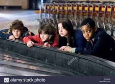 Download this stock image: DYLLAN CHRISTOPHER QUINN SHEPHARD GINA MANTEGNA & TYLER JAMES WILLIAMS GROUNDED : UNACCOMPANIED MINORS (2006) - BR4BG0 from Alamy's library of millions of high resolution stock photos, illustrations and vectors.
