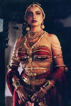 Bhanurekha Ganesan (born 10 October better known by her stage name Rekha, is an Indian film actress who has mainly appeared in Hindi films. Vintage Bollywood, Indian Bollywood, Bollywood Stars, Pakistani, Rekha Actress, Old Actress, Bollywood Actress, 80s Actresses, Indian Actresses