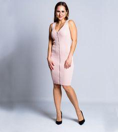 Um vestido casual e que se adapta à forma do teu corpo, realçando as tuas curvas. Perfeito para uma saída casual com os amigos num fim de tarde, pois é uma peça elegante e que te fará sentir bonita, ao realçar a tua beleza natural e feminilidade. Vestido Casual, Dresses For Work, Fashion, Mesh Dress, Rib Knit, Clothes Women, Natural Beauty, Gorgeous Dress, Neckline