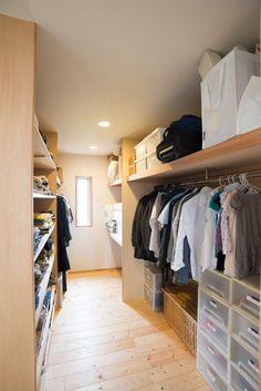 家族全員分の衣類などを保管するクローゼット。ほどよくゆとりを持たせるのが使いやすさのポイント。