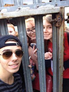 Nathan com fãs em Birmingham, na Inglaterra. (via @TWfacts) #CoberturaTWBR