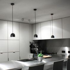 Flos Wan S lampada a sospensione dalle piccole dimensioni. Forma pulita disponibile in diverse colorazioni.