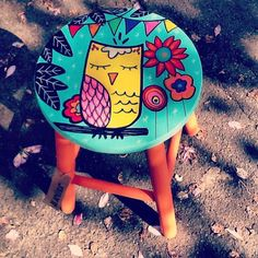 Mãe Coruja www.juamora.com ateliejuamora@gmail.com Whimsical Painted Furniture, Hand Painted Chairs, Painted Stools, Hand Painted Furniture, Funky Furniture, Art Furniture, Diy Home Crafts, Diy Arts And Crafts, Wood Crafts
