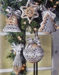 Ecco qui cinque simpatici addobbi per l'albero di Natale . Una stella, una campanella, un alberello, una pigna e una pallina.
