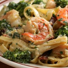 Alfredo pasta with broccoli and shrimp Low Carb Chicken Recipes, Seafood Recipes, Pasta Recipes, Cooking Recipes, Lunch Recipes, Easy Dinner Recipes, Easy Meals, Healthy Recipes, Italian Recipes