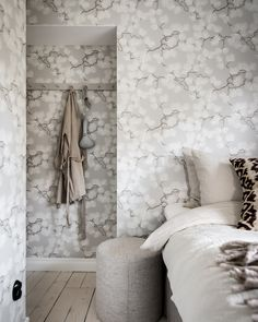 Styled by Design by Hjärterum. Photo: Jens Eliasson. A N Wallpaper, Bedroom Wallpaper, Flower Wallpaper, Inspirational Wallpapers, Gray Background, Terra, Wall Murals, Bathroom, Grey