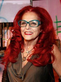 """Patricia Field (12/02/1941) là bậc thầy trong lĩnh vực nhà tạo mẫu và thiết kế trang phục. Bà từng được đề cử giải Oscar cho công việc stylist trong bộ phim """"The Devil wears Prada"""", ở Việt Nam rất được yêu thích với tên """"Yêu nữ thích hàng hiệu"""". Và bà cũng chuyên stylist cho seri phim truyền hình Cô gái xấu xí của Mỹ - Ugly Betty. Đó đều là những bộ phim đình đám về thời trang."""