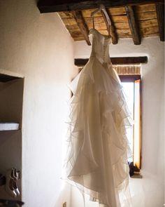 Quando arrivo dalle spose nel giorno del loro matrimonio trovo sempre i loro abiti appesi, in attesa di essere indossati. Una delle tante cose che mi piace è vedere la sposa ammirarlo con occhi sognanti e impaziente di vederselo addosso. Amo i momenti di preparazione perché sono pieni di adrenalina, gioia e paura allo stesso tempo!