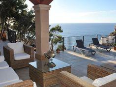 Die großzügige, helle und modern möblierte #Villa in Port Andratx auf #Mallorca befindet sich rechtsseitig des Hafens und bietet eine wirklich traumhafte Aussicht auf das offene #Meer von der großen Terrasse.    #Andratx #Balearen #Spain # Spanien #Travel #Urlaub #Ferienhaus #Travelling  ferienhaus mallorca   ferienhaus mallorca mieten   ferienhaus mallorca am strand   ferienhaus mallorca mit pool    Urlaub Ferienhaus Mallorca   Villa Mallorca, Strand, Patio, Outdoor Decor, Modern, Home Decor, Sevilla Spain, Vacation, Trendy Tree