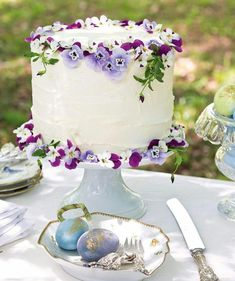 Edible pansies adorning a simple white cake elevate a classic dessert to a springtime showstopper. For more inspiring décor ideas for your… Edible Flowers Cake, Flower Cakes, Victoria Magazine, Country Wedding Cakes, Cake Accessories, Classic Desserts, Colorful Cakes, Easter Celebration, Floral Cake