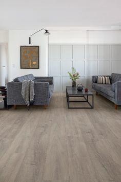 Quick-Step Laminate flooring - Signature 'Patina oak grey' (SIG4752) in a trendy living room. Click here to discover your favorite living room floor. #laminat #flooring #inspiration #interiordesign #oak