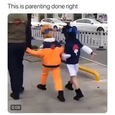 Someone was a big enough fan of Naruto that they had this amazing idea. See how they dressed the kids up, they themselves even dressed as Kakashi. At the end, the Naruto kid even pulls out a kunai. Parenting levels at max. I applaud you. Otaku Anime, Anime Naruto, Naruto Y Boruto, Naruto Cute, Gaara, Kid Naruto, Sasuke And Itachi, Madara Uchiha, Sasunaru