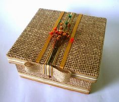 Risultati immagini per caixas em mdf decoradas vintage chic Vintage Box, Vintage Shabby Chic, Painted Boxes, Wooden Boxes, Burlap Crafts, Diy And Crafts, Mixed Media Boxes, Altered Cigar Boxes, Decoupage Box