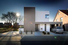 Moderner Hauseingang mit gekiestem Vorgarten