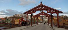Gamle Bybro («The Old Town Bridge») and Lykkens portal («The portal of happiness») facing Bakklandet in Trondheim - Photo: Sven-Erik Knoff