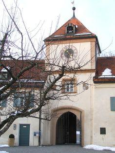 Schoss Blutenburg (München) Torturm http://upload.wikimedia.org/wikipedia/commons/4/47/Blutenburg%2C_Eingang_Castle_in_Much_02-2005.jpg