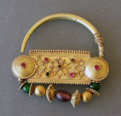 Nose ring ~ 'nath' ~ gold & glass stones ca. century from Sindh, Gujarat Ancient Jewelry, Antique Jewelry, Silver Jewelry, Nath Nose Ring, Nose Rings, Nose Stud, Nose Jewelry, Funky Jewelry, India Jewelry