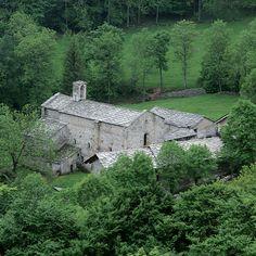Intorno al 1200 i Certosini si trasferirono dalla certosa di Madonna della Losa presso Gravere a Montebenedetto, dove rimasero fino alla fine del XV secolo, quando a causa di una disastrosa alluvione, dovettero trasferirsi più a valle, presso la grangia di Banda, la quale venne trasform...