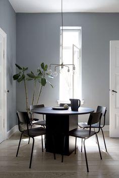 Hemma hos modedesignern Yvonne Kone i Köpenhamn Dining Room Inspiration, Interior Design Inspiration, Greige, Dark Interiors, Dining Room Design, Interiores Design, Room Interior, Home And Living, Interior Architecture