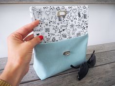 I meet you today to offer you to sew together a mini-pouch fully lined and. Origami Tote Bag, Diy Tote Bag, Crochet Clothes, Diy Clothes, Shabby Style, Mini Pochette, Couture Sewing, Little Bag, Bag Making