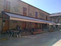 Toldos modelo Lavacolla confeccionados e instalados para el Mesón Tapas en Sarria