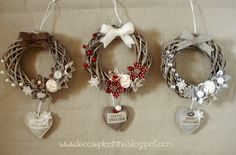 Le cose piccinine: Ghirlande in serie ma non troppo – – Little things: wreaths in series but not too much – – Diy Wreath, Ornament Wreath, Grapevine Wreath, Christmas Flowers, Christmas Holidays, Christmas Branches, Xmas Wreaths, Paper Wreaths, Holiday Ornaments