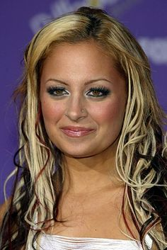 The Hair Evolution Of Nicole Richie 2000s Fashion Trends, Early 2000s Fashion, 2000s Trends, 90s Hairstyles, Feathered Hairstyles, Skunk Hair, Buzzfeed Makeup, 2000s Makeup, Hair Evolution