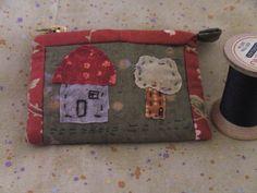 hier habe ich ein kleines Patchwork-Portemonnaie.    komplett von hand genäht, appliziert und gequiltet.    es hat eine größe von ca. 11 x 8 cm und pa