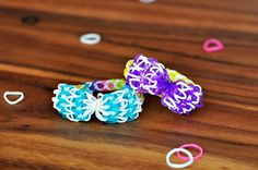 Learn how to make a Rainbow Loom bracelet with a pretty and precious motif. Beautiful Bow Rainbow Loom Bracelets are perfect accessories for girly girls of all ages. Rainbow Loom Tutorials, Rainbow Loom Patterns, Rainbow Loom Creations, Rainbow Loom Bands, Rainbow Loom Charms, Rainbow Loom Bracelets, Rainbow Braids, Loom Bands Designs, Loom Band Patterns
