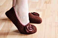 My abuela use to crochet me slippers. I like these Crochet slippers Crochet Diy, Easy Crochet Slippers, Crochet Simple, Crochet Slipper Pattern, Crochet Socks, Learn To Crochet, Crochet Crafts, Yarn Crafts, Crochet Projects