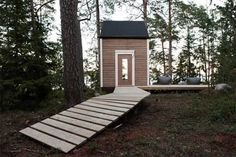 Maximized Space in 100 Square Foot Nido Cabin This tiny cabin space in Finland offers up a whole lot of creativity and style by designer Robin Falck. The Helinski dweller set out to create a cabin. Green Architecture, Sustainable Architecture, Architecture Design, Tiny Cabins, Wooden Cabins, Wooden House, Cabin Design, Small House Design, Cabins In The Woods