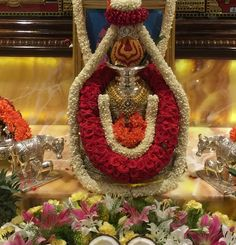 Varalakshmi Vratham or Varalakshmi Vrat is the festival to appease Goddess Lakshmi, the consort of Lord Vishnu. Housewarming Decorations, Diy Diwali Decorations, Wedding Stage Decorations, Garland Wedding, Festival Decorations, Flower Decorations, Decor Wedding, Wedding Colors, Wedding Flowers
