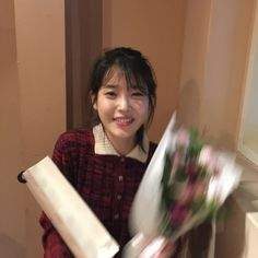 Gifs by IUmushimushi Wallpaper by IUmushimushi Am so happy to have met IU in HK on 20140322 and got her autograph! ^o^ IU FAQ How to join U-ana. Iu Twitter, Doja Cat, Brown Aesthetic, Kpop Guys, K Idol, Feel Tired, Ulzzang Girl, Little Sisters, Videos Funny