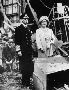 London, England, King George VI and Queen Elizabeth (later the Queen Mother) inspecting the bomb damage to Buckingham Palace after a heavy Nazi air raid over the nation's capital during the Battle of Britain in World War Two George Vi, Uk History, London History, Lyon, Queen Elizabeths Sister, Charlize Theron Style, Princess Elizabeth, Princess Diana, English Royal Family