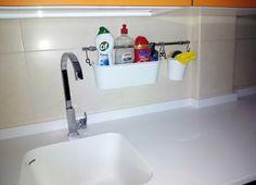 Recipientes para guardar los productos de limpieza.