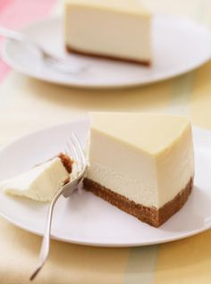The BEST cheesecake - I made this for my daughter's birthday and it came out PERFECT Looking for a smooth and creamy cheesecake? Look no further than this recipe; it's our best ever! Keto Cheesecake, Homemade Cheesecake, Birthday Cheesecake, Ultimate Cheesecake, Classic Cheesecake, Simple Cheesecake Recipe, New York Style Cheesecake, How To Make Cheesecake, Birthday Cake