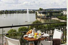 Petit-déjeuner avec vue sur le Lac d'Enghien-Les-Bains, à vous le bonheur :  http://www.lucienbarriere.com/fr/hotel-luxe/Enghien-Hotel-du-Lac/presentation-hotel.html
