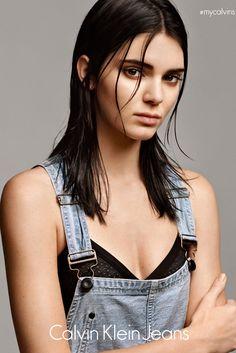 """Kendall Jenner, queridinha das redes sociais e modelo do momento, é o novo rosto da série Denim da campanha #mycalvins, da Calvin Klein. A linha, que será limitada, terá forte apelo no uso do logotipo da marca, além de inspiração esportiva e do streetwear. A nova coleção, que está ancorada no cropped com o logo """"Calvin"""", vem acompanhada de outras peças como o jeans, as camisetas e os moletons com logo. A linha inclui masculino e feminino e é composta por camisetas, calças, shorts, jaquetas…"""