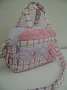 Ateliê Baby & Cia Handbag Patterns, Bag Patterns To Sew, Patchwork Bags, Quilted Bag, Bag Quilt, Baby Nappy Bags, Diy Bags Purses, Denim Tote Bags, Baby Sewing Projects