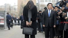 The former Korean Air executive who delayed a plane over how she was served nuts tries to apologise in person to the airline staff involved.