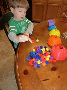 Mommy and Me Book Club: Rainbow Pom-pom sorting into stacking bowls Gross Motor Activities, Sorting Activities, Gross Motor Skills, Sorting Kindergarten, Preschool Learning, Preschool Ideas, Teaching Ideas, Craft Projects For Kids, Diy Crafts For Kids