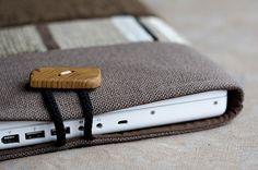 Cette housse dordinateur portable de haute qualité sadapte les deux MacBook de 13 pouces.  (13 Pouces MacBook et MacBook Pro)    En tapisserie de haute qualité. Lextérieur est fabriqué à partir de trois sortes de tissus de tapisserie.  Doublé de coton doux.    Rempli douate.  Se ferme avec bouton en bois faits à la main.    Taille du boîtier est environ 10 « x 14.5 ».    Tache nettoyer recommandée, mais peut être lavé à leau froide par machine.    Sil vous plaît nhésitez pas à me contacter…