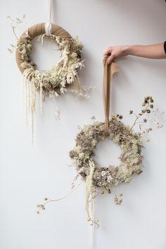 Dried Flower Wreaths, Dried Flowers, Flower Wall Decor, Flower Decorations, Fleurs Diy, Modern Wreath, Dried Flower Arrangements, Xmas Wreaths, Hanging Flowers