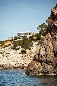 Une maison posee sur un rocher : Ibiza, Isla Blanca, Luis Laplace.