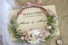 カスタマイズが可能な木調パネルにリースのアレンジを飾ったウェルカムボード。人気のプランシュを、もっといろいろなスタイルで楽しみたい…。そんな要望に応えてくれたのが、カスタムメイド♪カスタムメイドでは、このホームページ上で、フレーム、テキスト Wedding Wreaths, Wedding Decorations, Flower Frame, Flower Art, Crazy Wedding, Corsage Wedding, Welcome To Our Wedding, Bride Accessories, Floral Wedding
