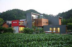 레드스쿨 : 모던스타일 주택 by KAWA Design Group